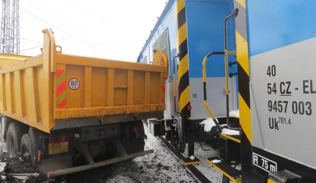 Řidič na Přerovsku přehlédl manipulační vlak a nacouval s nákladním vozem do vagonu