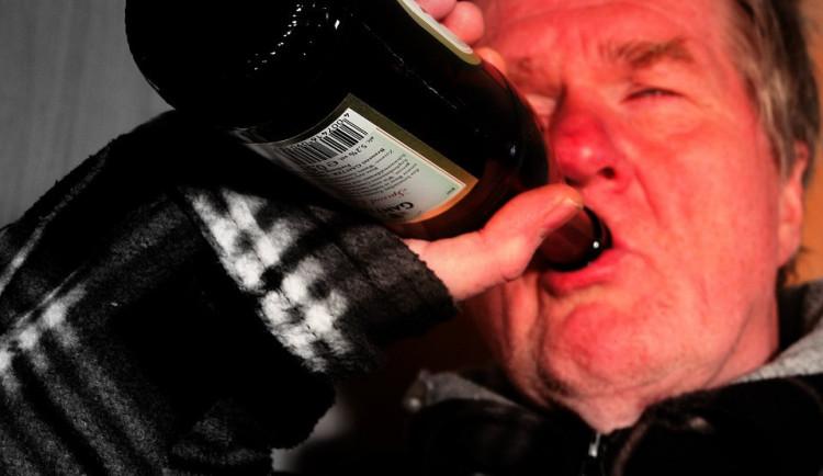 Opilý muž v noci nerespektoval zákaz vycházení. Sám proto na sebe zavolal policisty