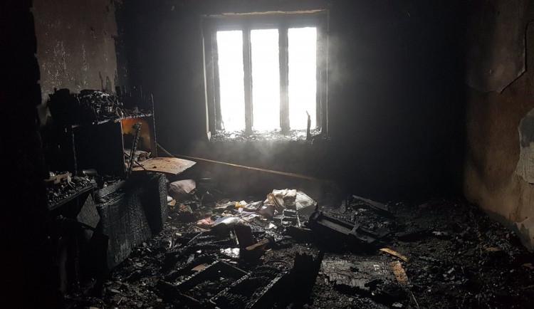Nedělní požár domu nepřežil jeden z jeho obyvatel