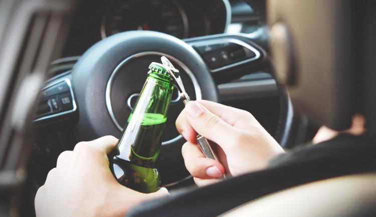 """Policisté v noci zastavili řidiče v žabkách a s pivním vrškem na hlavě. """"Pan pivo"""" nadýchal dvě promile"""