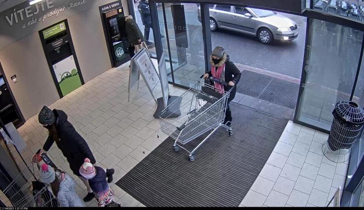 VIDEO: Policie pátrá po zlodějce, která v supermarketu okradla seniorku