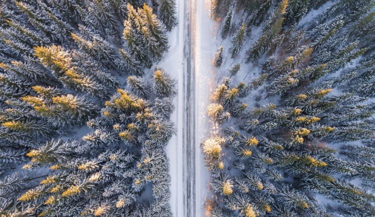 Vzimě na silnicích – sněhová čepice
