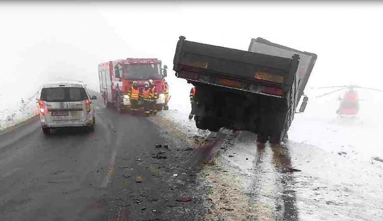 Řidič zůstal uvězněný v osobním autě po střetu s nákladním vozem