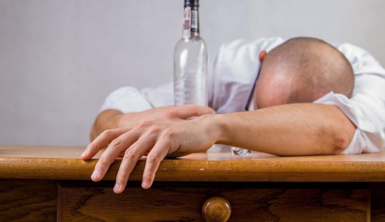 Opilec neprávněně vnikl do sklepa domu. Suterén znečistil a chodil obnažený