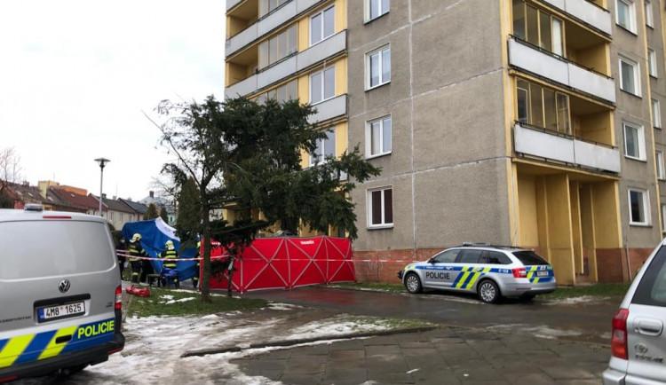 Mladý muž ve čtvrtek skočil ze 13. patra domu. Záchranáři mu již nedokázali pomoci