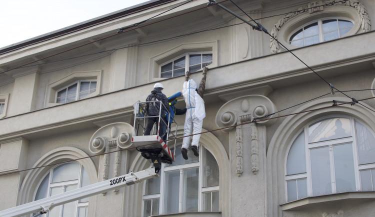 FOTO/VIDEO: Sochu Lupiče obléklo muzeum do antikovidového oblečku. Ten má dvojí význam