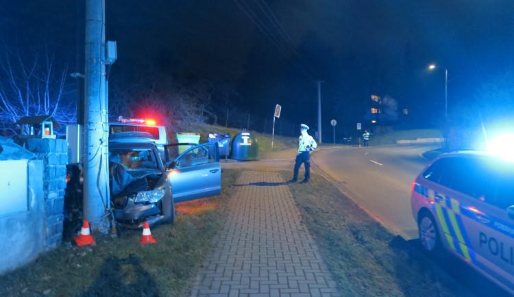 Opilý mladík nezvládl rychlou jízdu ze Sv. Kopečku. V Samotiškách boural do sloupu