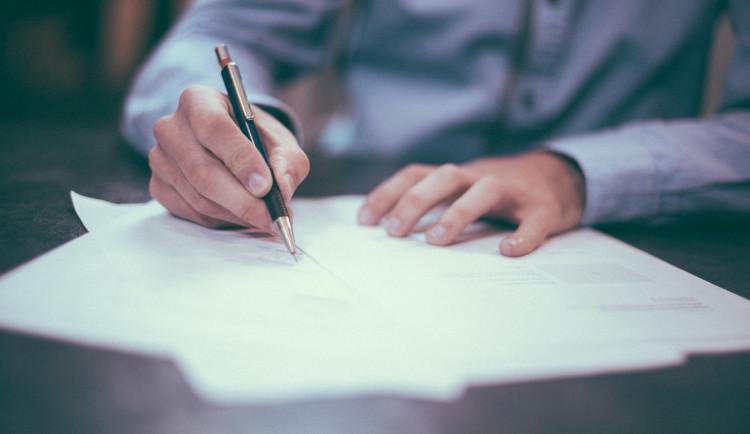 Vedení Univerzity Palackého: Pracovní smlouvy 200 zaměstnanců kvůli CATRIN jsou neplatné