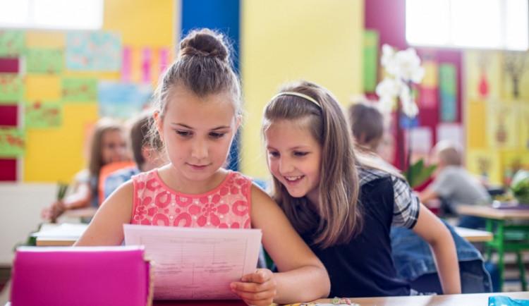 Žáci dnes dostanou pololetní vysvědčení. Většina z nich pouze elektronicky