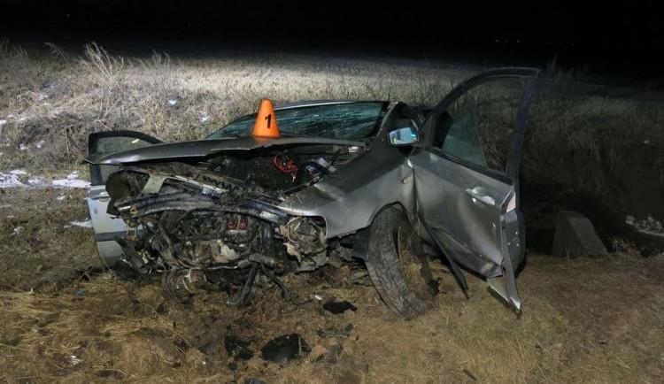 Řidič narazil s autem do betonového náspu. Na místě zemřel