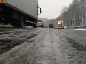 Silničáři: Proti ledové krustě pomohou vyšší teploty i sami řidiči