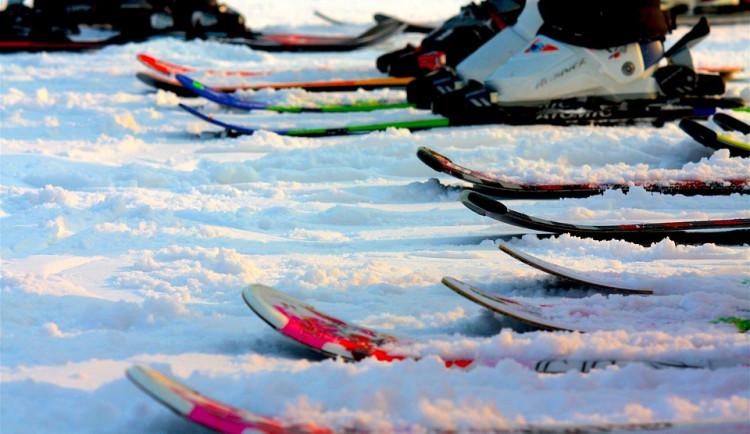 Na Dolní Moravě funguje lanovka, jinde vozí lyžaře na svahy rolby