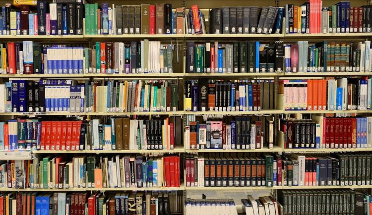 Vědecká knihovna v Olomouci otevřela výdejové okénko. Poptávka je velká