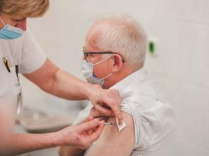 Kraj testuje v Konici očkovací místo, míří do něj senioři z okolí