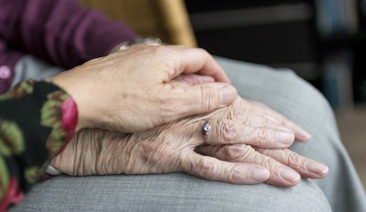 I přes očkování se v domovech seniorů opatření zatím moc neuvolňují