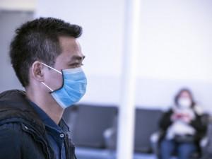 Část odborníků zpochybňuje účinnost zdvojení zdravotnických roušek