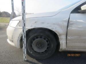 Dopravu na dálnici brzdil kličkující řidič. Únavou usínal za volantem