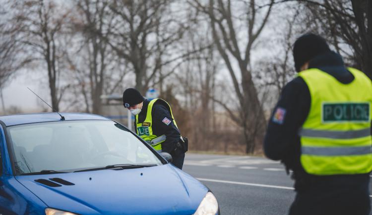 Policisté v Olomouckém kraji vrátili za hranice okresů stovku aut