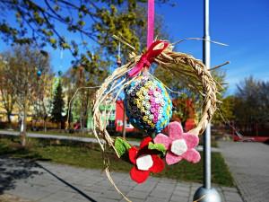 Rodiče a děti mohou jeden ze stromů v Olomouci obléct do háčkovaných ozdob