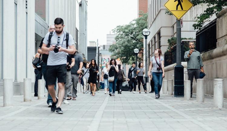 Chodec se sluchátky a mobilem jde naproti nehodě