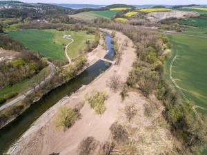 Úpravy koryta řeky Bečvy u Hranic jsou v polovině. Mají zabránit povodním