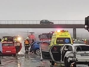 Při hromadné nehodě na dálnici u Hranic se zranilo osm lidí. Zasahoval vrtulník