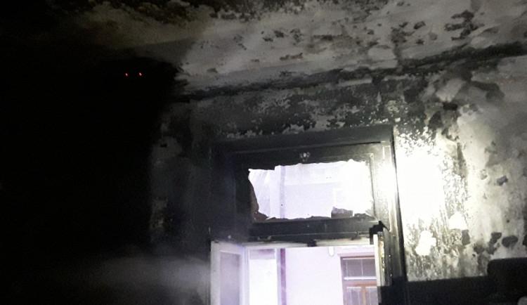 Při požáru ve Vidnavě se zranil hasič a obyvatel bytu, který vyskočil z okna
