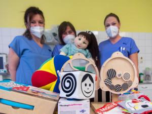 Ve Fakultní nemocnici zbavuje děti strachu z vyšetření panenka Ája
