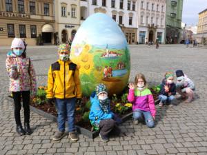 Centrum Olomouce zdobí obří kraslice. Velikonoce komplikuje pandemie