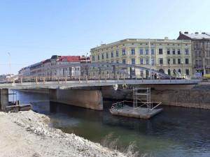 Na řadě je druhá půlka mostu přes Moravu. Koridor pro pěší se přesune