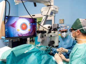 Nový operační systém usnadní jemnou práci lékařů z olomoucké oční kliniky