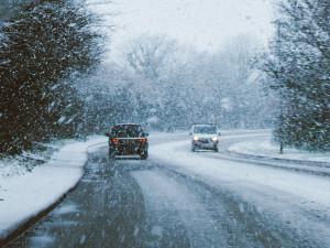 Dopravu v kraji komplikují od rána přívaly sněhu