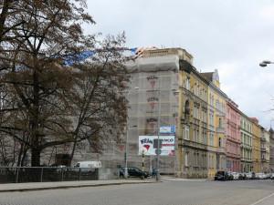 Zbourání nárožní věže na historickém domě v Olomouci vzbudilo kritiku
