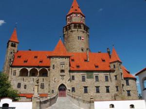 Bouzov chce již v pondělí otevřít průvodcovskou trasu hradními příkopy