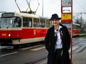 Karolína se narodila ve Šternberku. Dnes řídí tramvaje v Praze a je z ní celebrita mezi tramvajáky