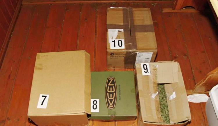 Policie našla v bytě v Hranicích krabice se třemi kilogramy marihuany