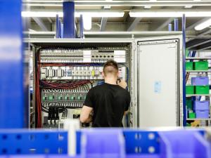 Prostějovská firma WINDMÖLLER & HÖLSCHER Machinery i v této době roste a investuje do nových výrobních hal a zaměstnanců