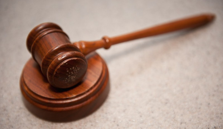 Muž dostal za pokus o vraždu ve vlaku deset let. Na trestu se dohodl