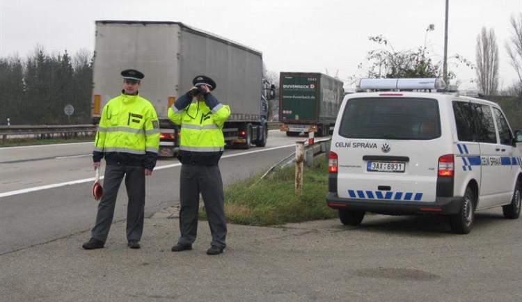 Celníci našli v dodávce na dálnici motocykly ukradené v Rakousku