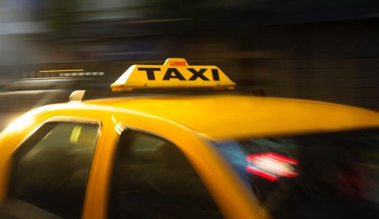 Muž odmítal vystoupit z taxíku. Byl tak opilý, že nedokázal policistům ani nadýchat