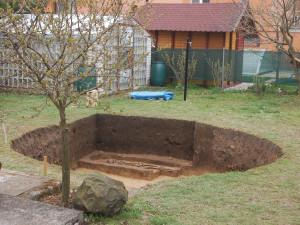Při hloubení bazénu muž vykopal na zahradě kostru chlapce starou tisíc let