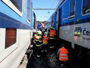V Hoštejně na Šumpersku hořel vlak. Hasiči evakuovali téměř osmdesát lidí