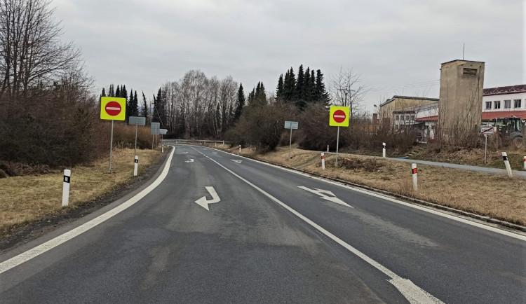 Nové značení na silnicích by mělo sníží riziko vjezdu aut do protisměru