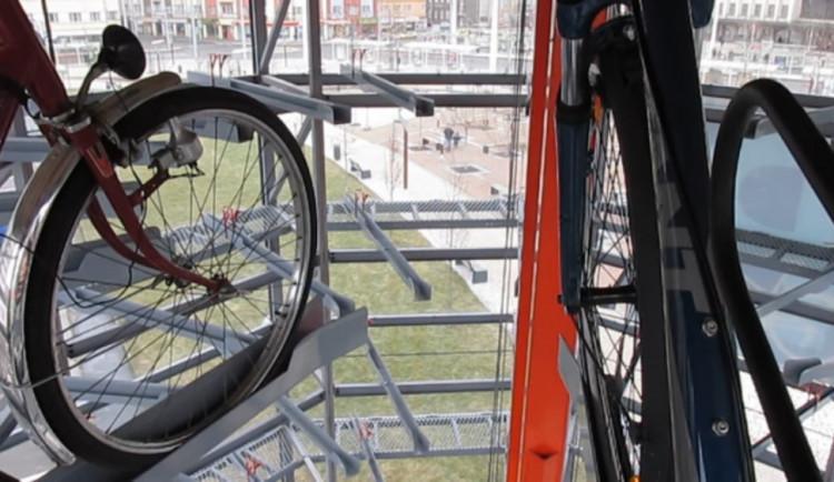 V Hranicích u nádraží se začala stavět cyklověž, hotová bude už v červenci