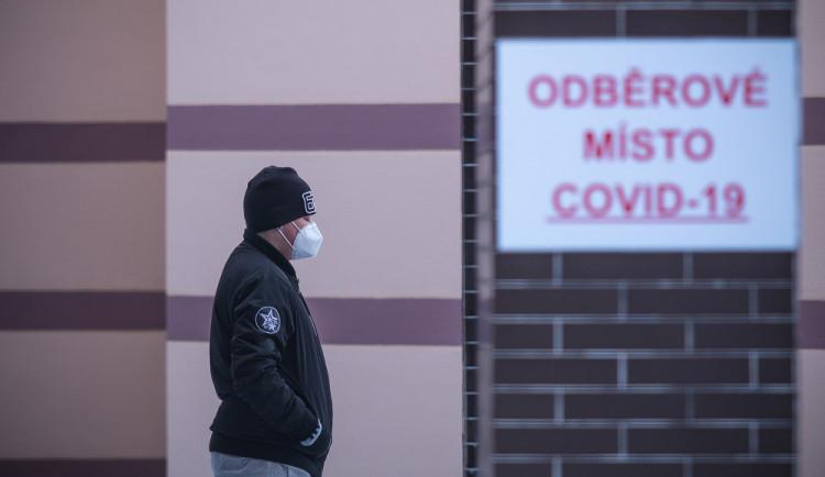 Počet nákaz sice klesá, ale pomalu. Rozvolňování se Olomouckého kraje zatím netýká