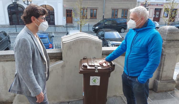 Obyvatelé Šumperka začali třídit odpad ze svých kuchyní. Jsou první v zemi