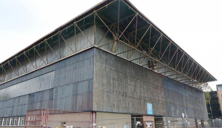 Oprava střechy zimního stadionu v Olomouci začala. Potrvá tři měsíce