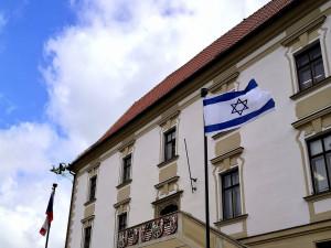 Olomoucká radnice vyvěsila v centru města na podporu Izraele jeho vlajku