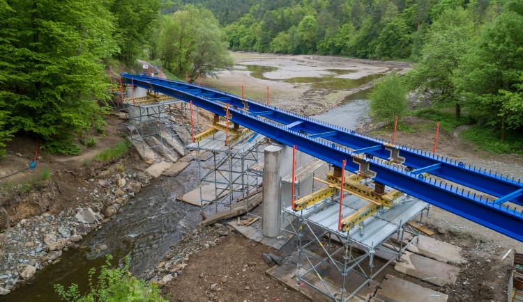 U Plumlovské přehrady roste nový most na cyklostezce. Podívejte se!
