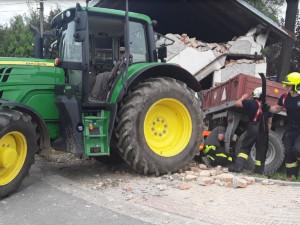 V Dolní Libině se převrátil traktor do Oskavy, urazil i zeď bývalé zbrojnice